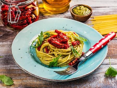 Спагети със сос Песто, сметана и сушени домати - снимка на рецептата